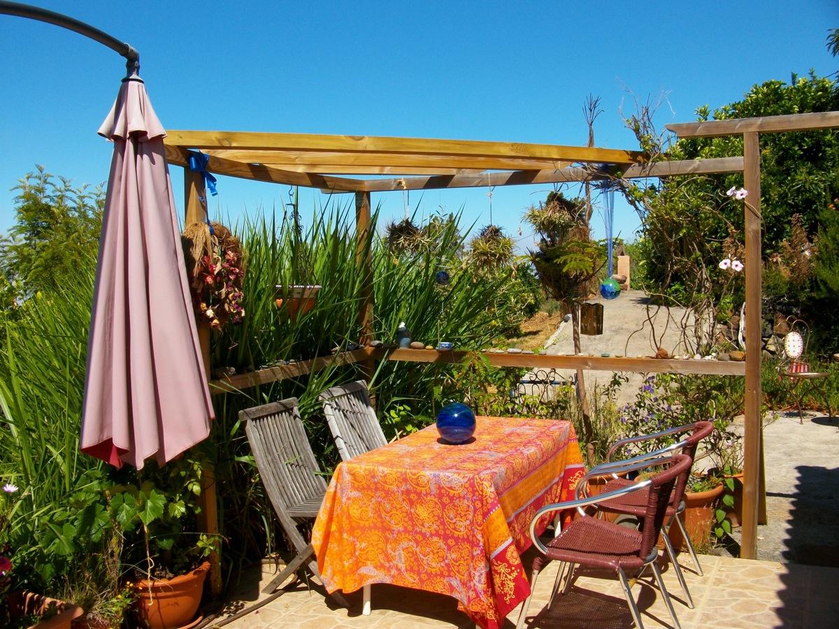 Pergola, Essplatz und Terrasse in der Sonne