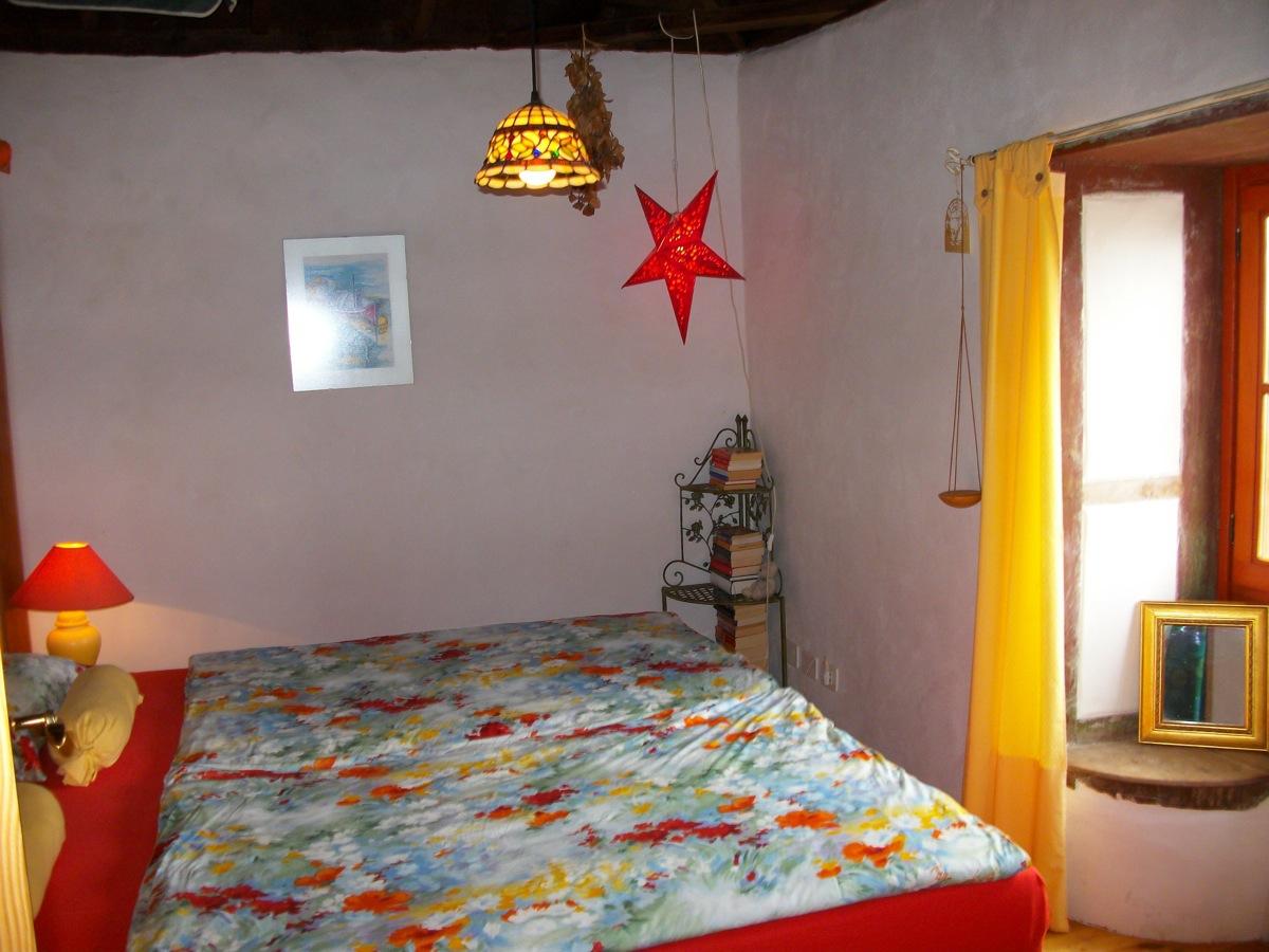 Schlafzimmer mit originalen, historischen Sitzbänken und Fenster