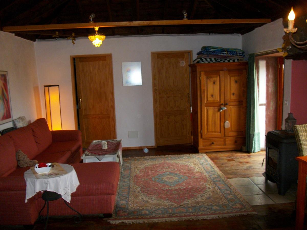 Wohnraum mit Schlafsofa und vielen antiken Details